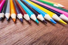 Le matite colorate hanno sistemato ordinatamente fotografie stock libere da diritti