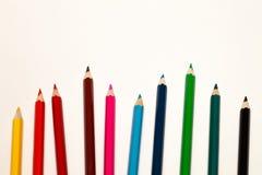 Le matite colorate senza cuciture dell'arcobaleno remano con l'onda dal lato più basso, parecchie disposizioni, vettore su fondo  immagine stock