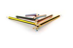 Le matite colorate si trovano sopra a vicenda hanno isolato su fondo bianco Fotografia Stock Libera da Diritti
