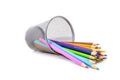 Le matite colorate su bianco si sono rovesciate/rovesciato fuori Fotografia Stock Libera da Diritti