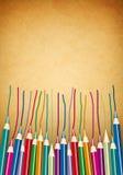 Le matite colorate su un'annata strutturano la priorità bassa Immagini Stock Libere da Diritti