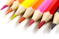 Le matite colorate su un fondo bianco, osservano ad angolo Immagini Stock Libere da Diritti