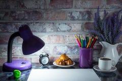 Le matite colorate in una tazza, vaso di lavanda fiorisce, cronometrano, Libro Bianco Fotografia Stock Libera da Diritti