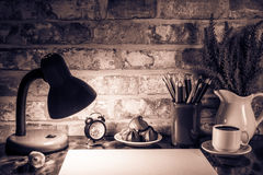 Le matite colorate in una tazza, vaso di lavanda fiorisce, cronometrano, Libro Bianco Immagini Stock Libere da Diritti