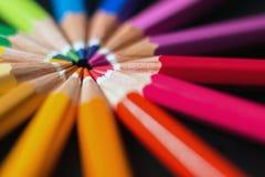Le matite di colore dentro organizzano in rotella di colore Assortimento delle matite colorate Immagini Stock Libere da Diritti