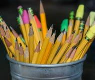 Le matite prescolari, affilate e aspettano per i mignoli immagine stock libera da diritti