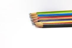 Le matite versano sul pavimento con una matita rotta Immagine Stock Libera da Diritti