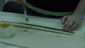 Le maître a coupé la tapisserie d'ameublement blanche de l'intérieur de voiture banque de vidéos