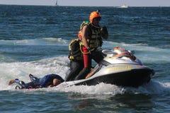 Le maître nageur enregistre le nageur Rescue en mer Images libres de droits