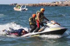 Le maître nageur enregistre le nageur Rescue en mer Photos libres de droits