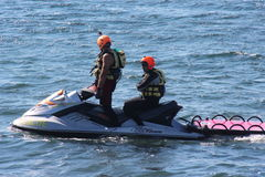 Le maître nageur enregistre le nageur Rescue en mer Image stock