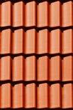 Le mattonelle arancioni del primo piano sul tetto in carpathians fortificano Fotografie Stock