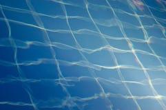 Le mattonelle blu della piscina comunque innaffiano Immagine Stock Libera da Diritti