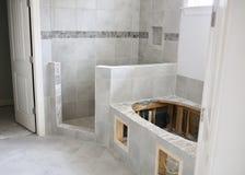 Le mattonelle della vasca e della doccia ritoccano il progetto immagini stock libere da diritti