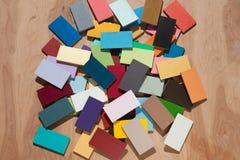 Le mattonelle di legno variopinte hanno concentrato sul contesto di legno neutrale Immagine Stock