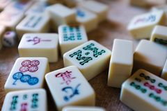 Le mattonelle di Mahjong si chiudono sul dettaglio immagini stock