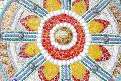 Le mattonelle, la perla, la ciotola e la pietra rotte variopinte decoranti sul tem Fotografia Stock Libera da Diritti