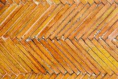 Le mattonelle strutturano il modello geometrico arancio Vecchia progettazione di superficie del pavimento Fotografie Stock
