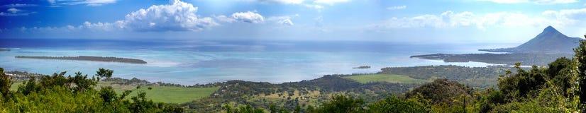 Le Mauritius. Vista delle montagne e dell'Oceano Indiano in un giorno soleggiato, panorama Fotografie Stock Libere da Diritti