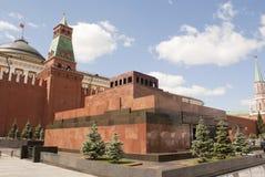 Le mausolée de Lénine au grand dos rouge Photographie stock