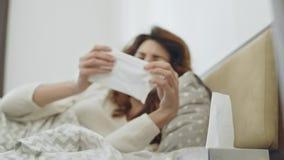 Le mauvais en difficulté de sentiment de femme dans la chambre à coucher Personne féminine malade éternuant dans le lit clips vidéos