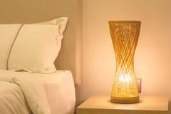 Le mauvais proche orange en bambou de lampe de table Images stock