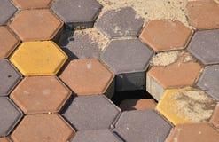 Le mauvais travail de pavage - réparez ou remplacez la pierre de trottoir photo libre de droits