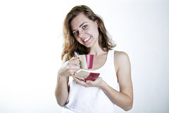 Le med en coffe Royaltyfri Foto
