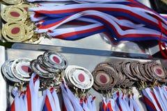 Le medaglie per i vincitori hanno preparato su un vassoio Fotografia Stock