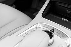 Le media et la navigation commandent des boutons d'une voiture moderne Détails d'intérieur de voiture Intérieur de cuir blanc de  Photos stock
