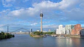 Le media héberge à Dusseldorf avec la tour de Rheinturm TV, Allemagne Image libre de droits