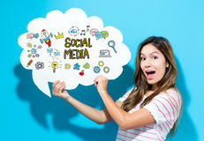 Le media social textote avec la jeune femme tenant une bulle de la parole photos libres de droits