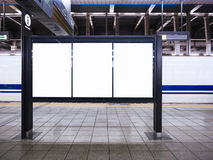 Le media vide de calibre d'affiches programme l'information à la station de train Image stock