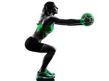 Le medicine-ball de forme physique de femme exerce la silhouette Photos libres de droits