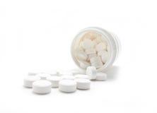 Le medicine bianche scorrono dal contenitore. Fotografie Stock Libere da Diritti