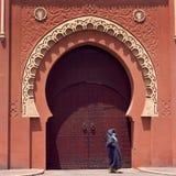 Le medina de Marrakech a décoré la porte photographie stock libre de droits