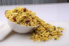 Le meetha indien de khatta namkeen le mélange pour éclater image stock