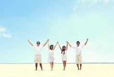 Le meilleur ami dans le blanc se tenant ensemble et s'élèvent main Photo libre de droits