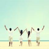 Le meilleur ami dans le blanc se tenant ensemble et s'élèvent main Photo stock