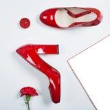 Le meilleur cadeau - paire de chaussures rouges Talons à la mode élégants Mode d'été, chaussures de luxe de partie Concept minima Photo stock