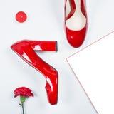 Le meilleur cadeau - paire de chaussures rouges Talons à la mode élégants Mode d'été, chaussures de luxe de partie Concept minima Image libre de droits