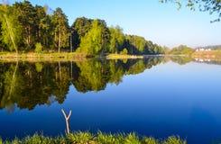 Le meilleur endroit pour la pêche Matin sur un lac de forêt image stock