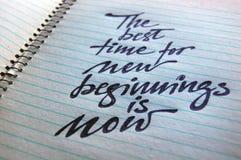 Le meilleur moment pour de nouveaux débuts est maintenant fond calligraphique images stock