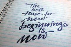 Le meilleur moment pour de nouveaux débuts est maintenant fond calligraphique photographie stock libre de droits