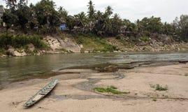 Le Mekong avec le petit bateau image libre de droits