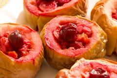 Le mele casalinghe al forno con le ciliege si chiudono su Immagini Stock