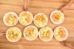 Le mele e le arance sul piatto con gli esperti sono servito Fotografia Stock Libera da Diritti