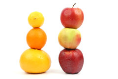 Le mele e l'agrume stanno verticalmente su a vicenda su backgr bianco Fotografie Stock Libere da Diritti