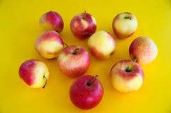 le mele fresche succose Giallo-rosse si trovano su un fondo giallo frutta fresca dal giardino Dieta immagine stock libera da diritti