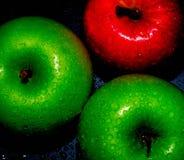 Le mele fresche sul nero backgroundgreen e Apple rosso sulle carte da parati nere di un fondo, alimento sano fotografia stock